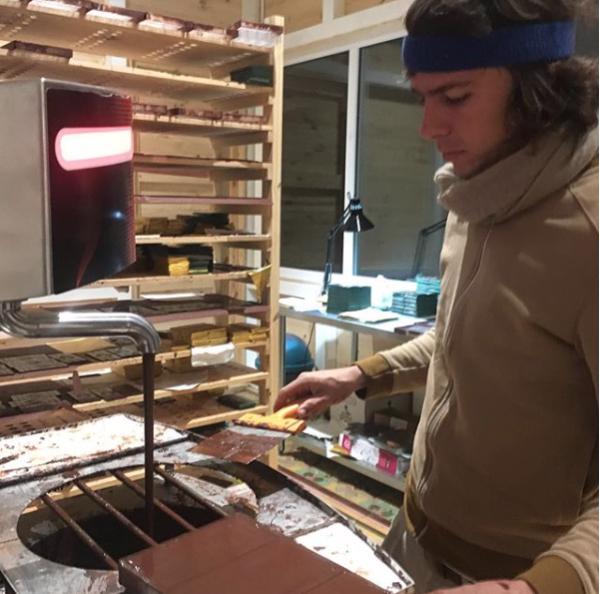 Pieter-Jan tempereert de Lapa Lapa chocolade | Evermore